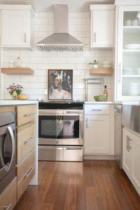 sugar-loaf-wy-simple-white-kitchen-interior-design