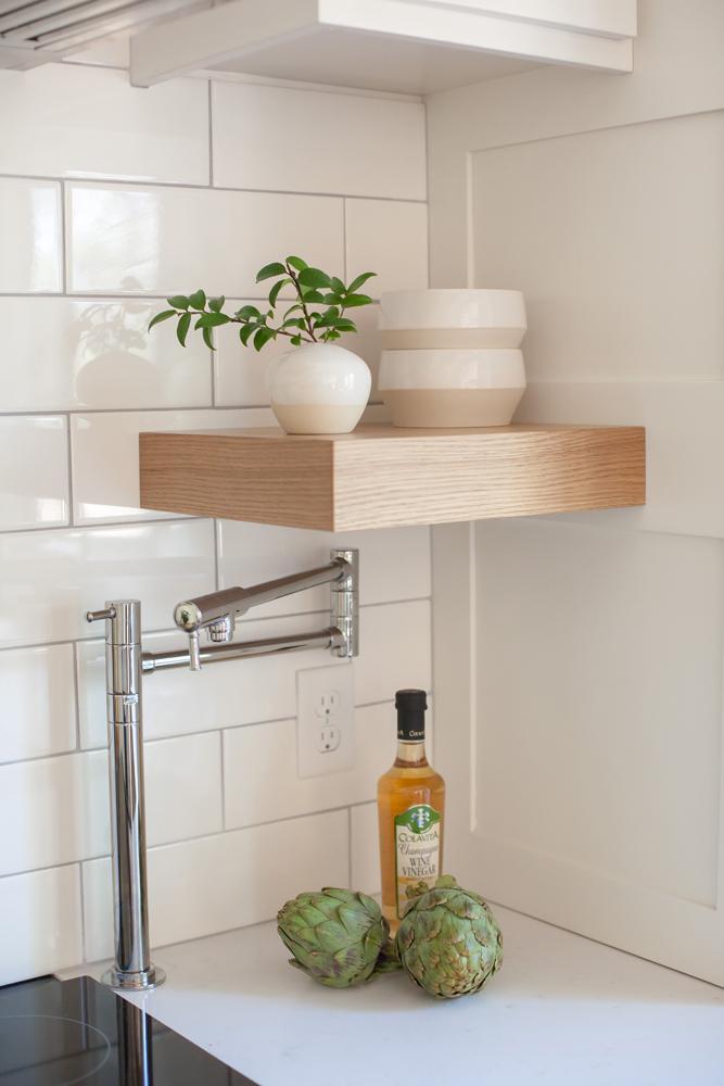 sugar-loaf-wyoming-kitchen-flat-panel-shelves-design